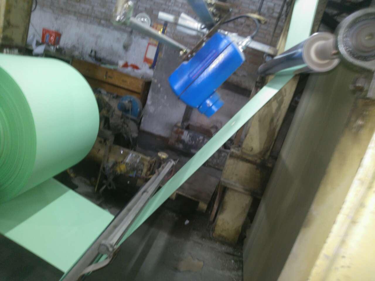 SH-8B反射式在线近红外水分测定仪是非接触式在线连续检测水分含量的仪器,该仪器根据红外吸收原理,采用四波段、八光束的近红外光线测量方式,将经过调制的近红外光从仪表照射到被测物的表面上,经被测物表面吸收和反射后,又被在线近红外水分测量仪的探头所接收,经光电转换器将光信号转换成电信号,并经微电脑进行数据处理,后由显示器显示出被测物的水分含量大小,同时还可以选配符合MODBUS标准的RS485输出接口,连接进入闭环的控制系统,或将测量信号以标准信号0~10mA、 4~20mA的形式输出给控制系统,从而实现生产过程中水分的自动和检测和控制。  、SH-8B近红外在线水分测定仪的优点  1.不受外界环境因素影响:由于在线红外水分检测仪采用特殊的光信号、电信号处理,因而不受周围环境温度及相对湿度的影响。测量采用八光束测量方式,克服了色差变化对测量精度的影响。  2.SH-8B近红外在线水分测量仪采用特殊的结构设计,无须冷却水冷却,标定简单,安装方便,操作简单,运行稳定可靠。实时准确的检测出生产线上被测材料的含水率的纵向和横向分布情况,为厂家改善生产控制材料的含水率提供可靠的依据,从而节约原料、节约能源和产品质量的目的。